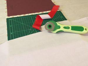 tagliate il tessuto con una taglierina