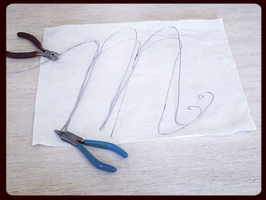 modellare il filo con le pinze