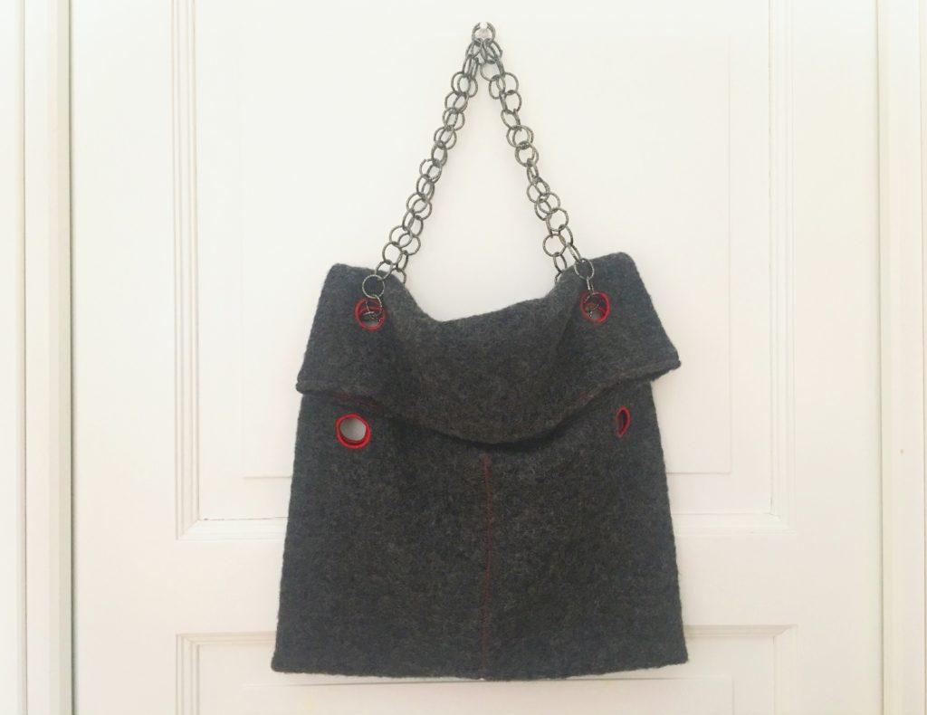 suggerimenti per indossare la borsa con i buchi con catene versatili
