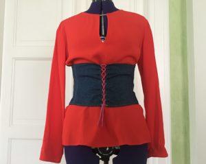 un corsetto indossato su camicia elegante