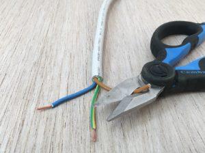 sfilettate le punte con le forbici da elettricista