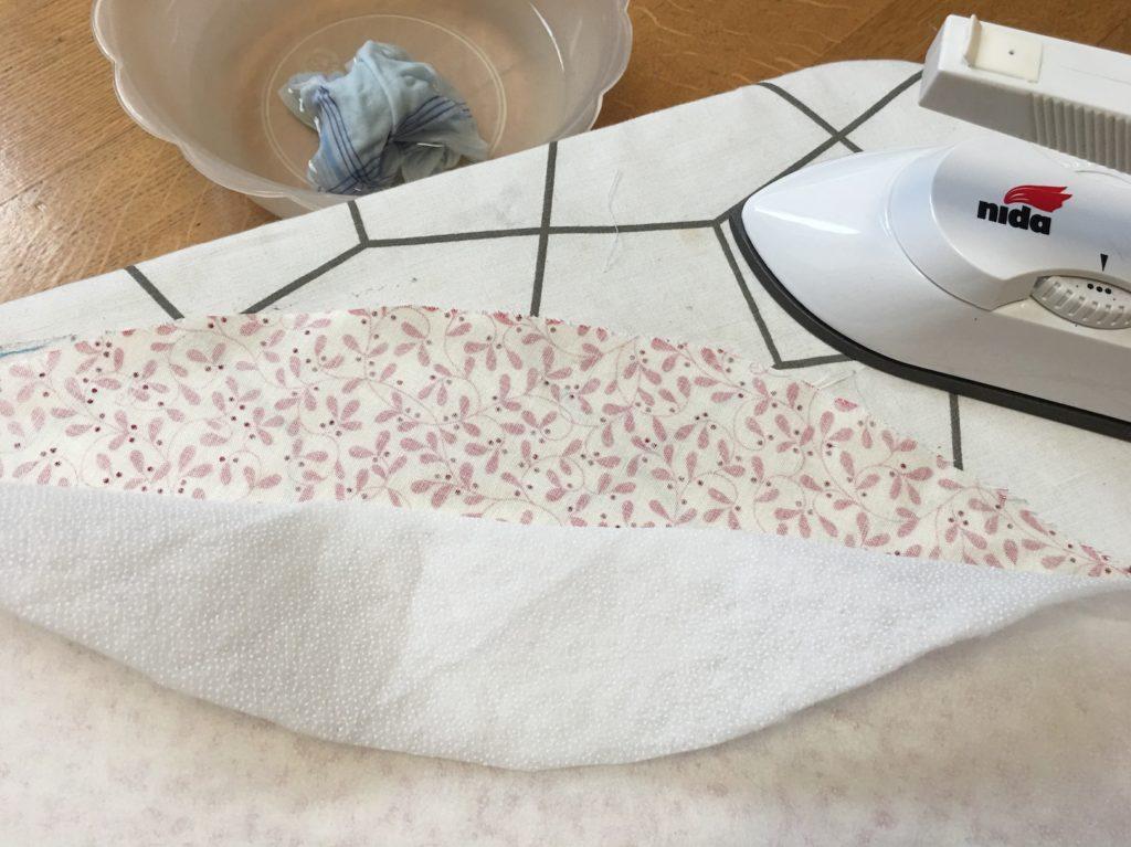 sovrapponete la parte puntinata al rovescio del tessuto primario.