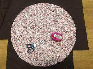 Per il cuscino, tagliate dal tessuto fantasia un cerchio con diametro cm 58 fate lo stesso con quella in tinta unita