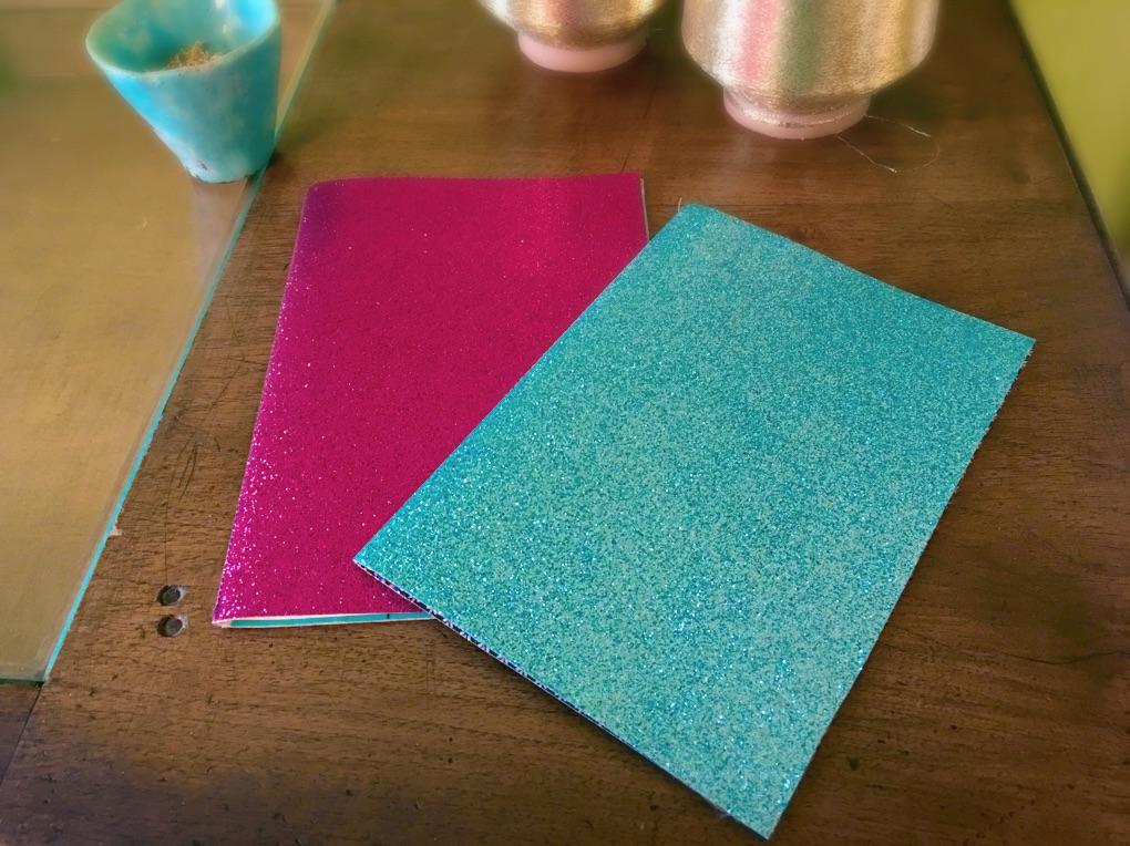 con cartoncino glitter e strato adesivante