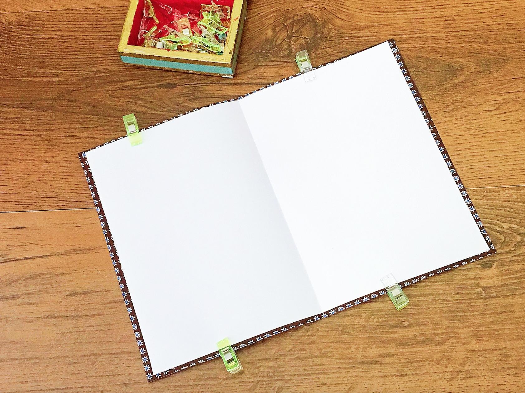 quaderno con la carta adesiva