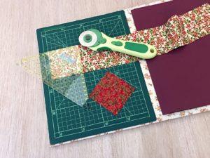 tagliare le strisce di tessuto in quadrati