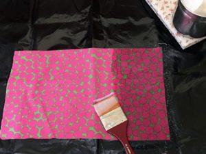 proteggete il piano da lavoro e spennellate il composto sul tessuto scelto