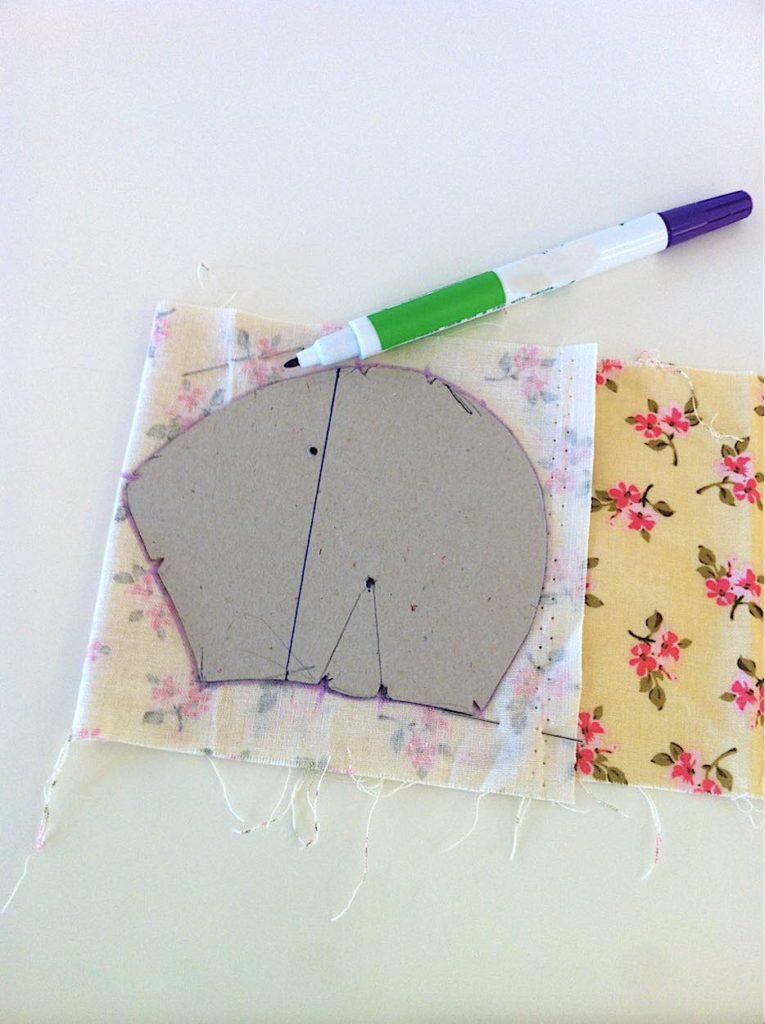 Riportare sul tessuto scelto il primo elemento del cartamodello tracciandone il contorno.