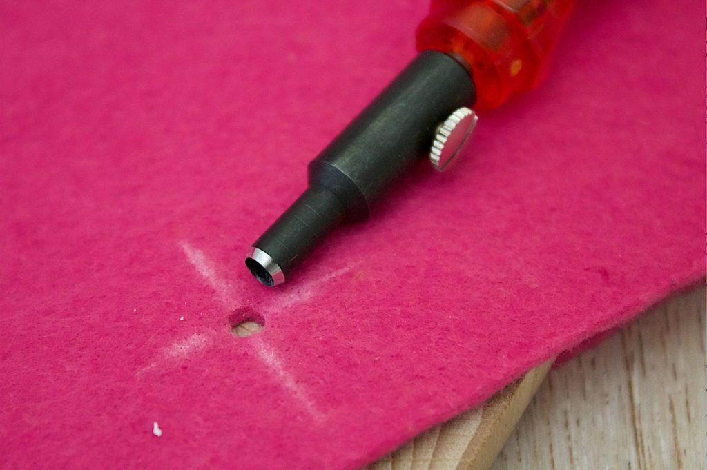 Scegliere il punteruolo adatto per il passaggio dei manici della borsa in Feltro, nel nostro caso il più grande