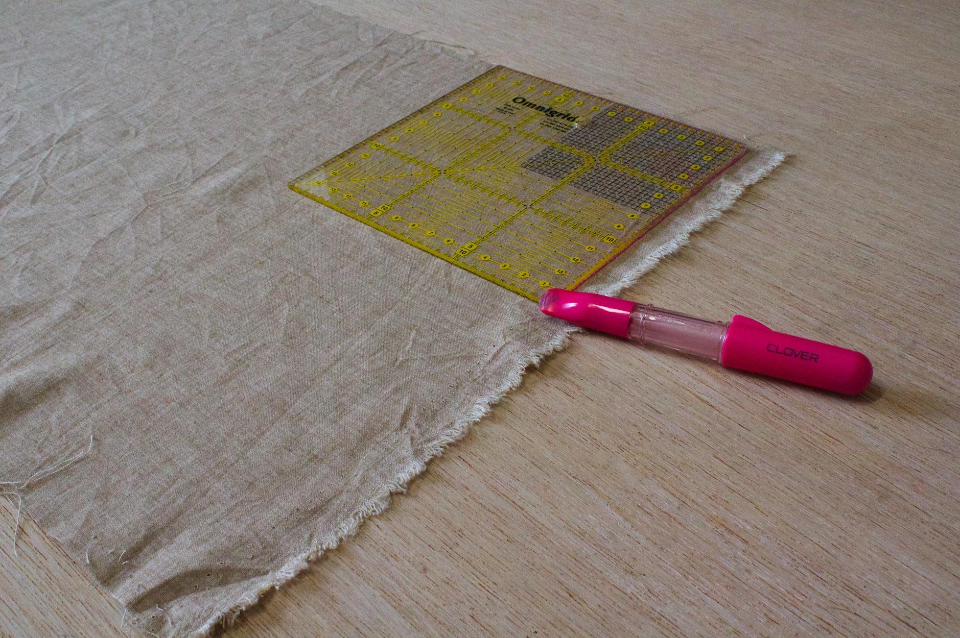 ricavate un rettangolo dal tessuto scelto per la dimensione dei cestini che desiderate realizzare