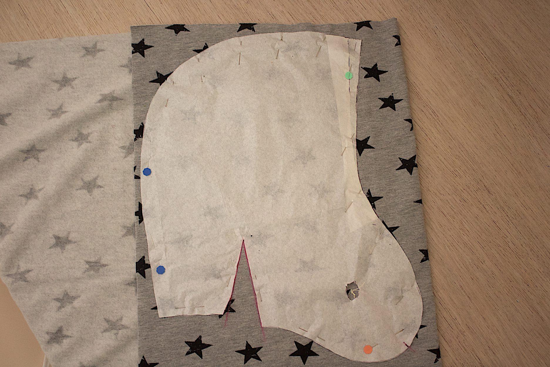 riportare il cartamodello sul tessuto piegato doppio