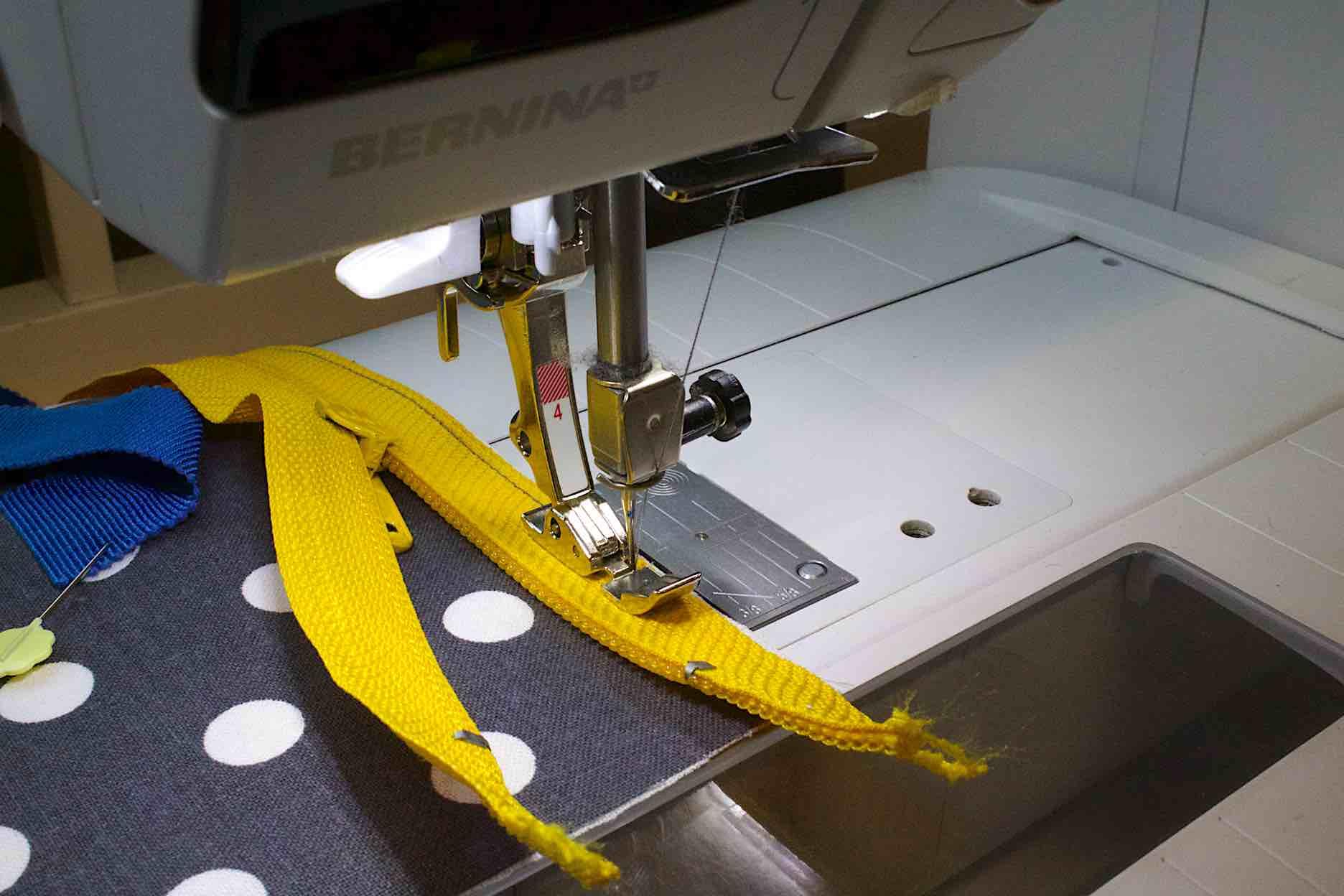 Cambiare il piedino per chiusure lampo e cucire a 4 mm dal bordo