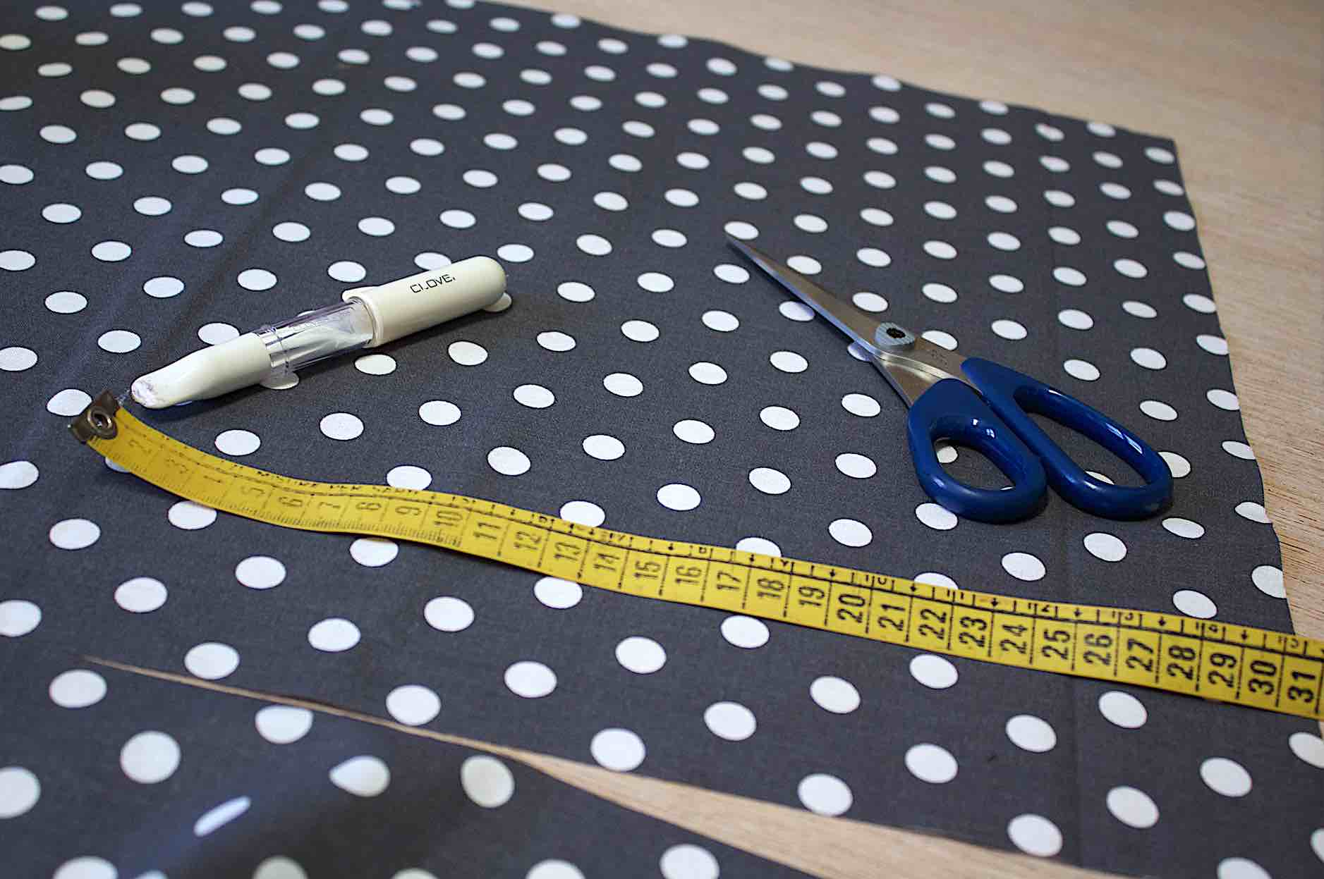Tagliate dal tessuto scelto un rettangolo 43x31