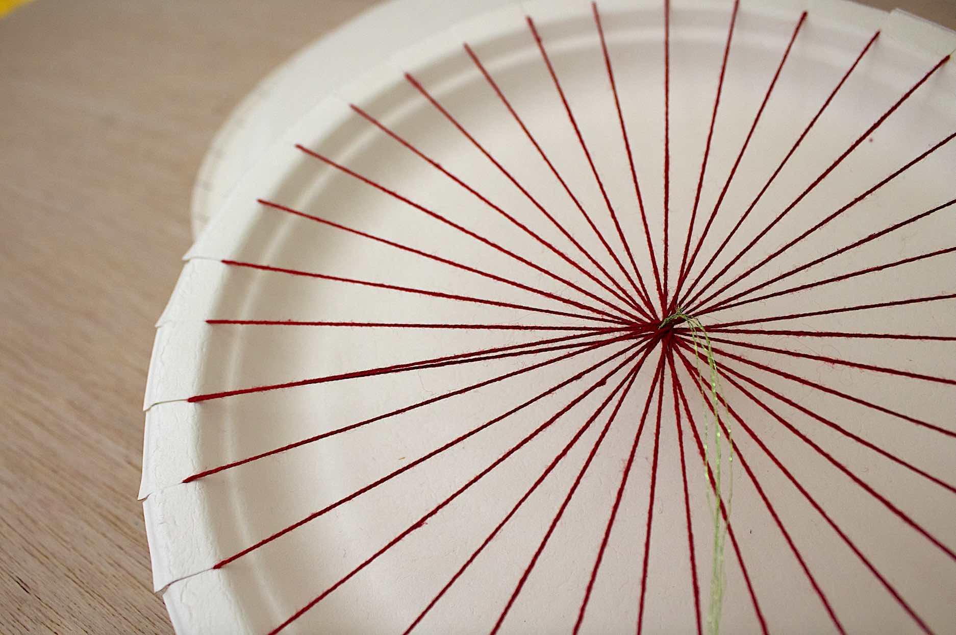 completate la circonferenza così come mostyrato in foto in modo da partire con la tessitura dal centro