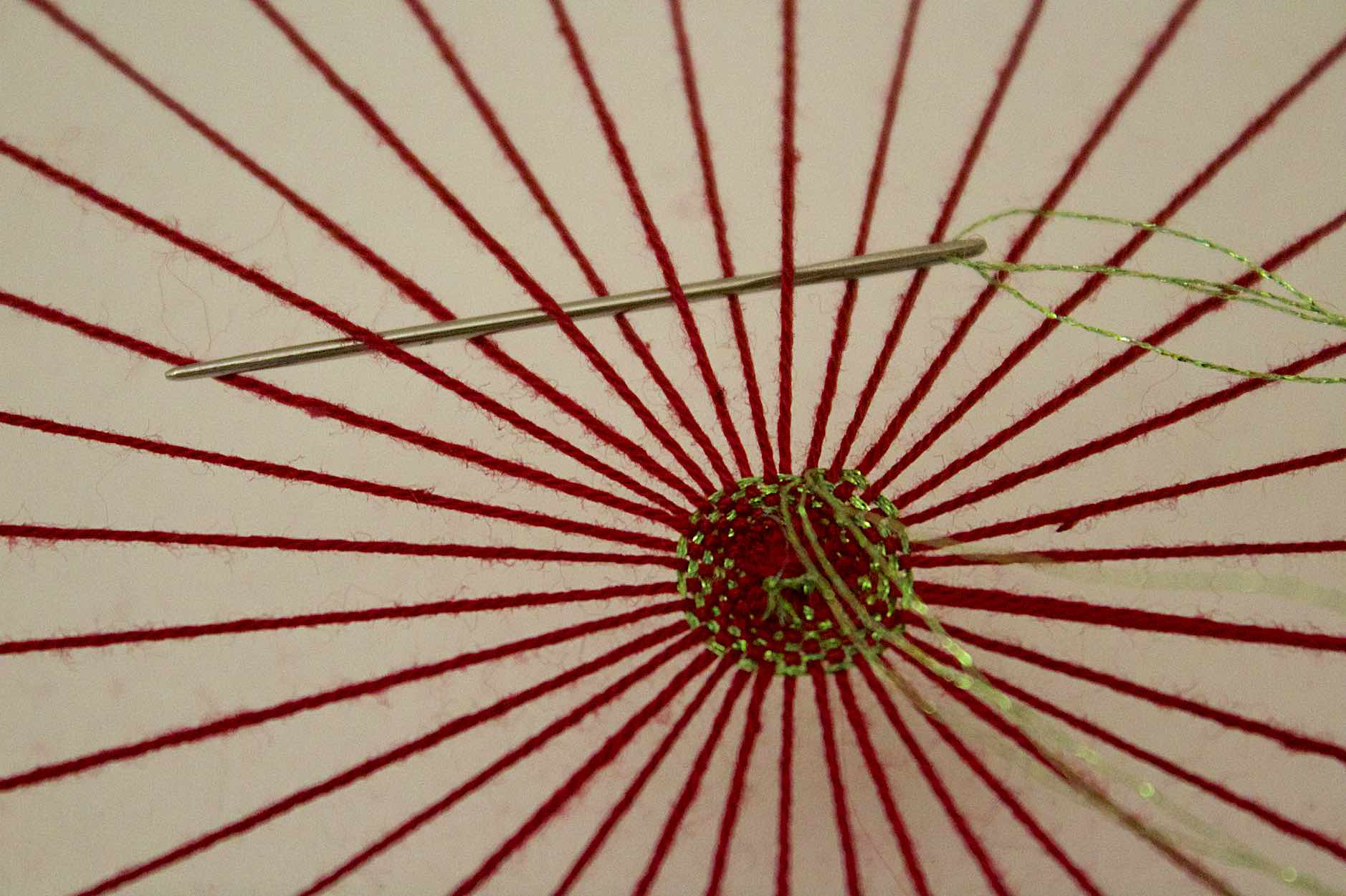 proseguire alternando la posizione dell'ago con la tessitura circolare