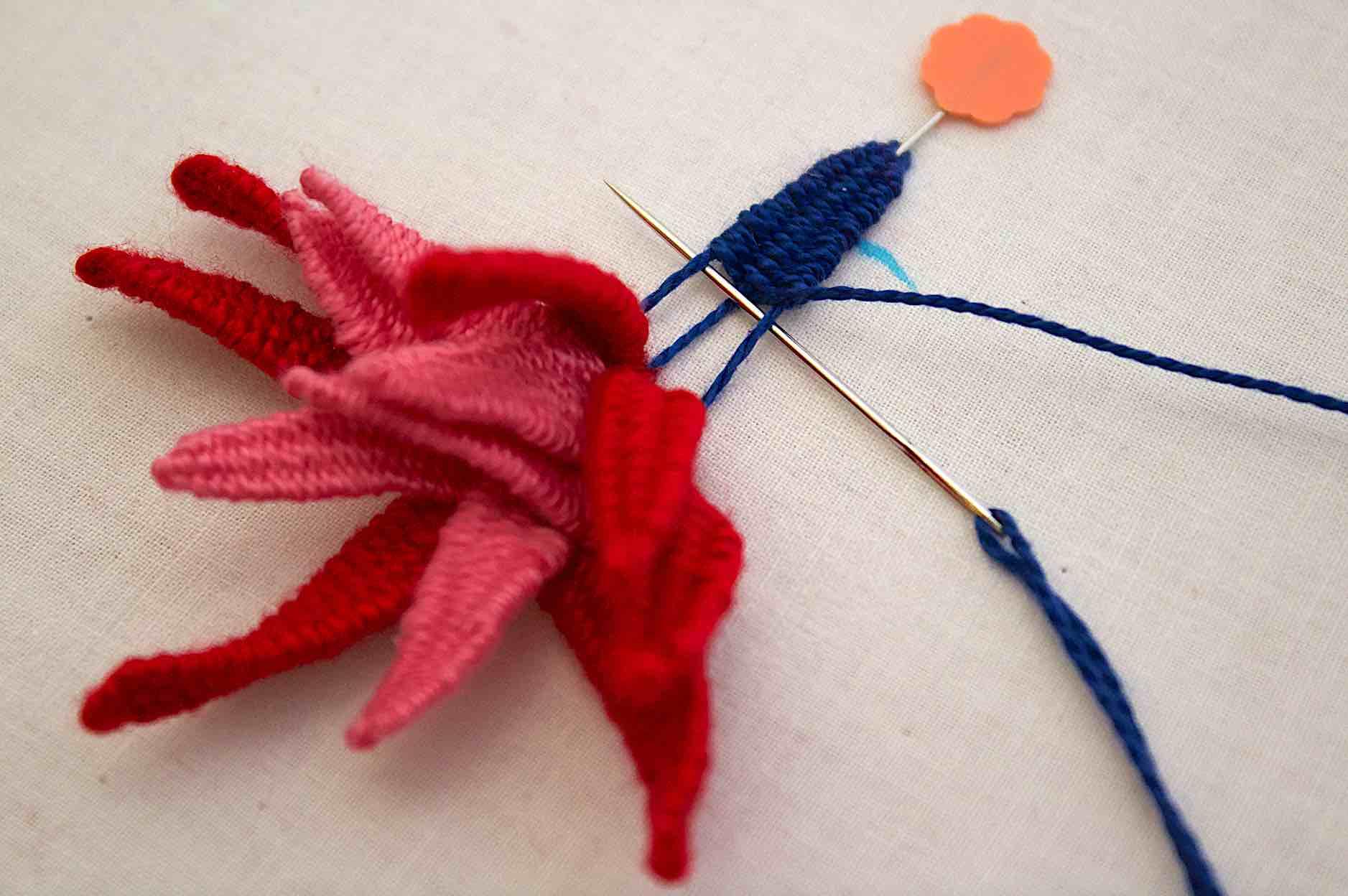 più giri si ricamano e più ricco risulterà il fiore, usare colori e filati diversi, accentua il gioco di tridimensionalità del punto picot stitch