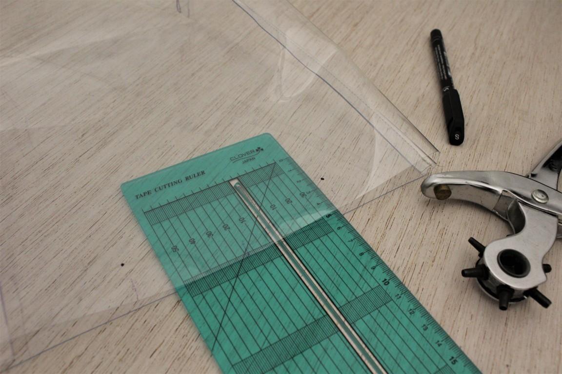 posizionate i fori per i manici alla plastic bag