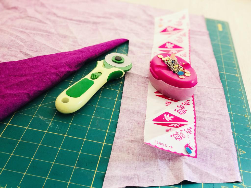 posizione del cartamodello del rose makers sul rovescio del tessuto