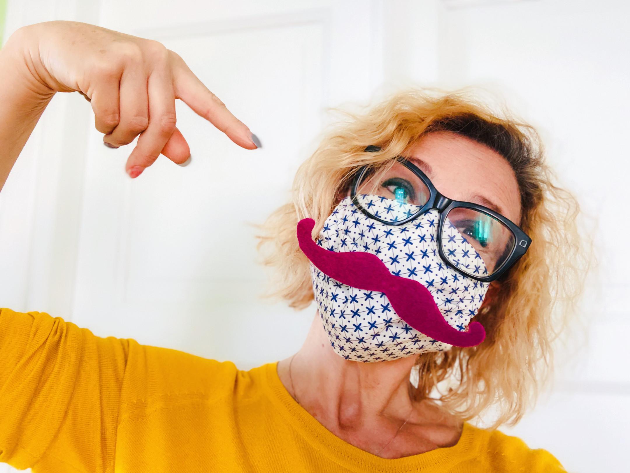 mascherina con baffi
