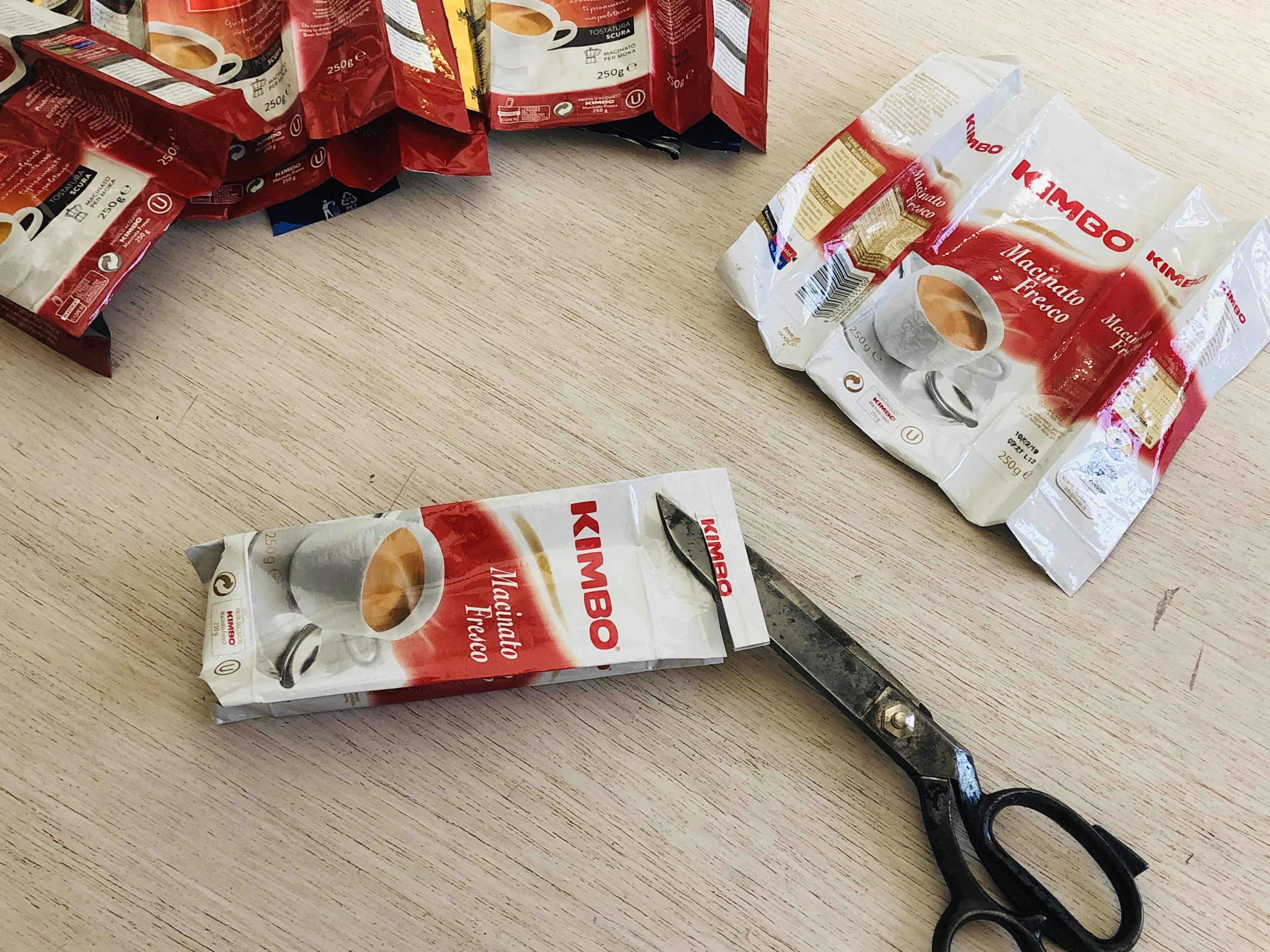 taglio delle confezioni del caffè
