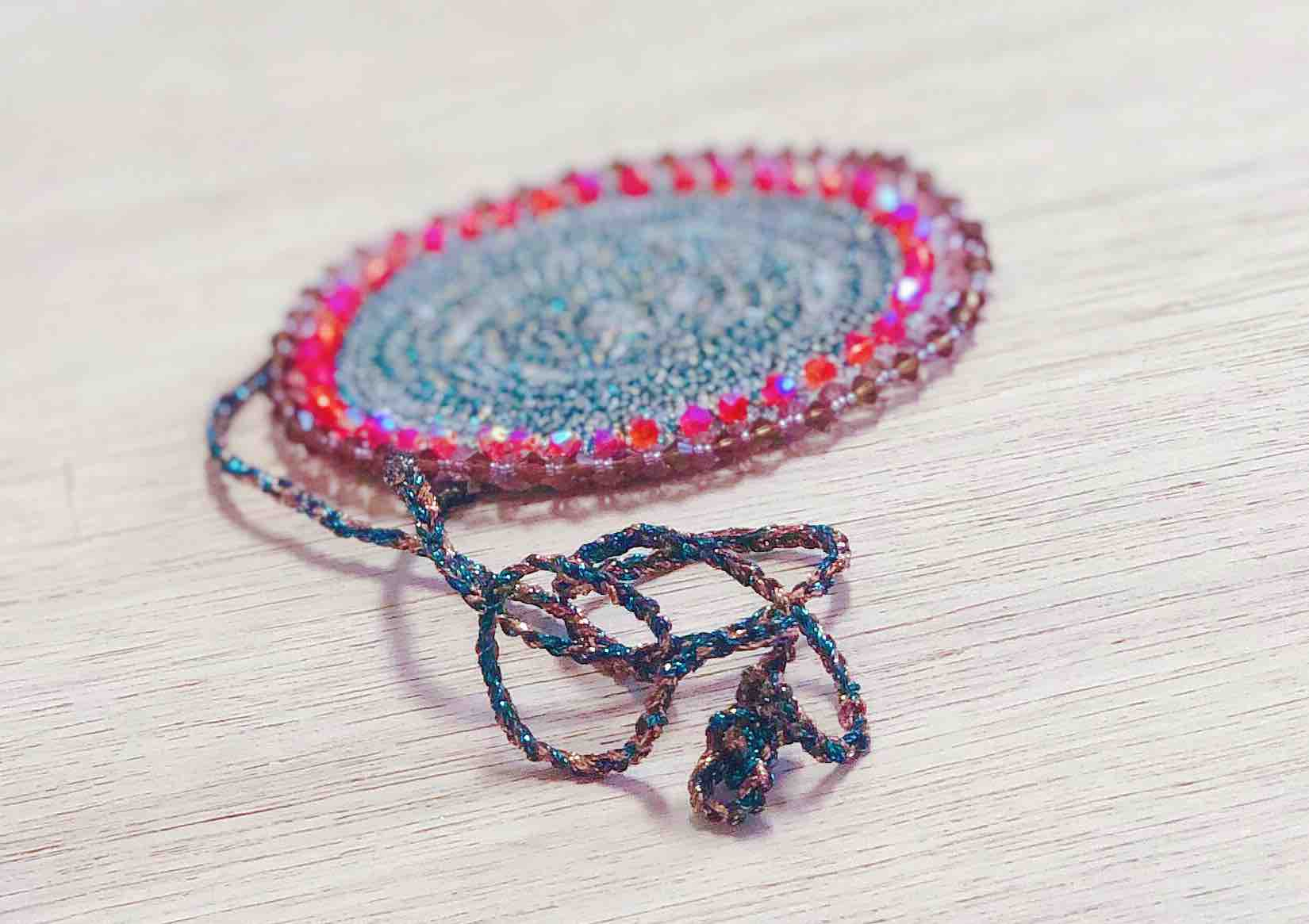 bijoux realizzato con il piedino 21 e i filati glamour