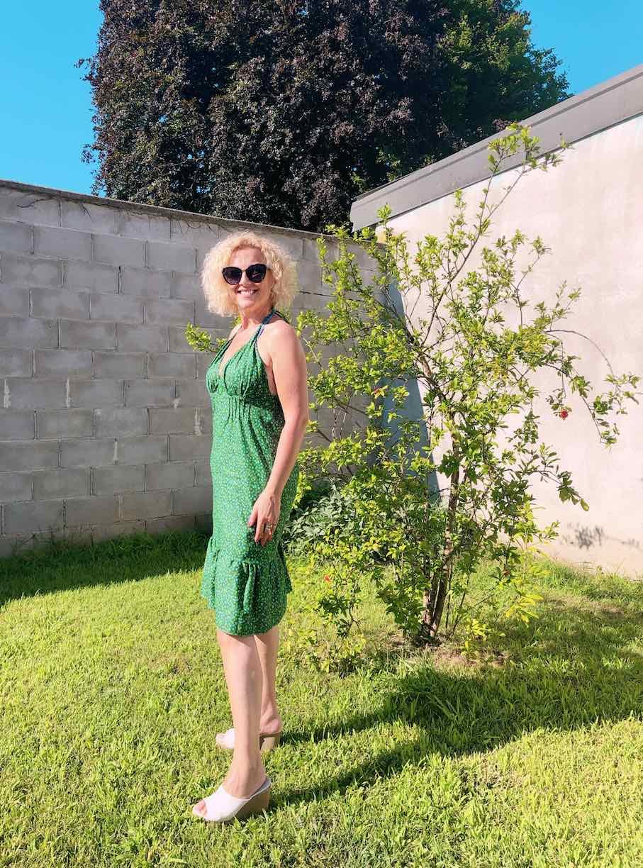 io che indosso l'abito in giardino con le nervature sotto il seno