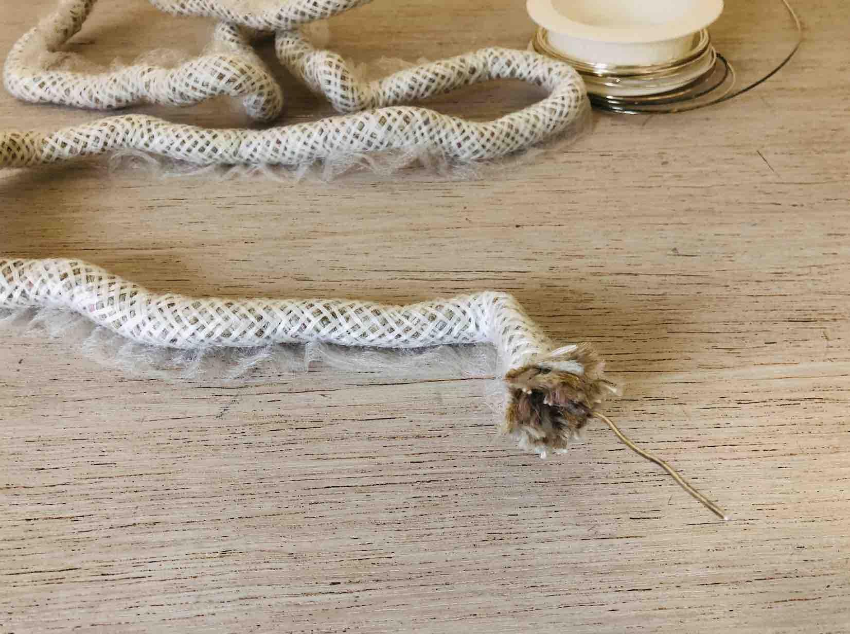 Inserire il filo metallico all'interno del cordone