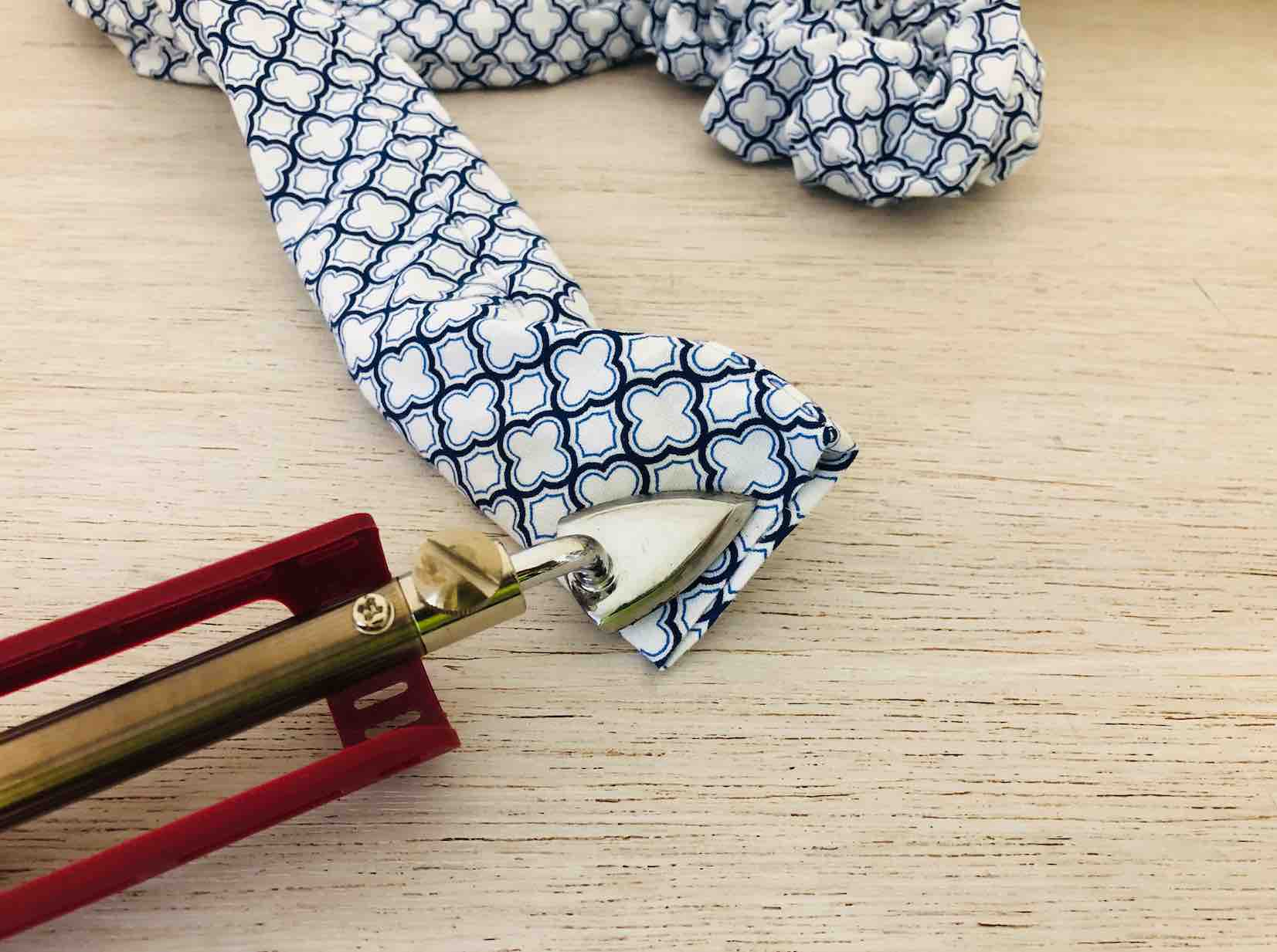 Il mini iron che trattiene il tessuti alle estremità del cordone