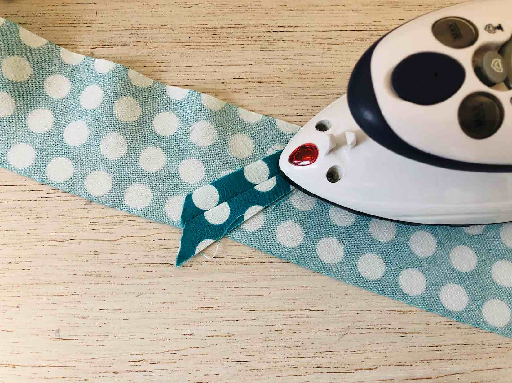 stirate i punti di cucitura del tessuto che andrà a coprire i cordoni