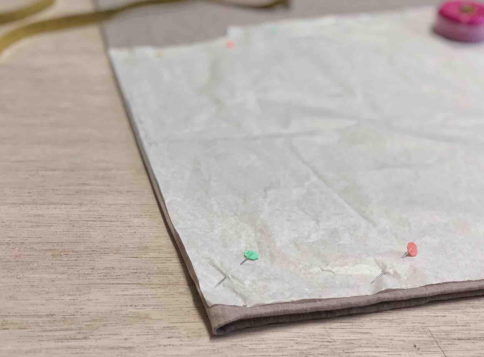 posizionare il cartamodello sul tessuto doppiato