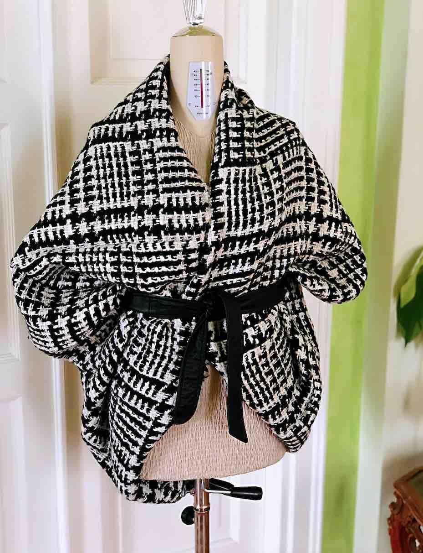 shrug bianco e nero in lana