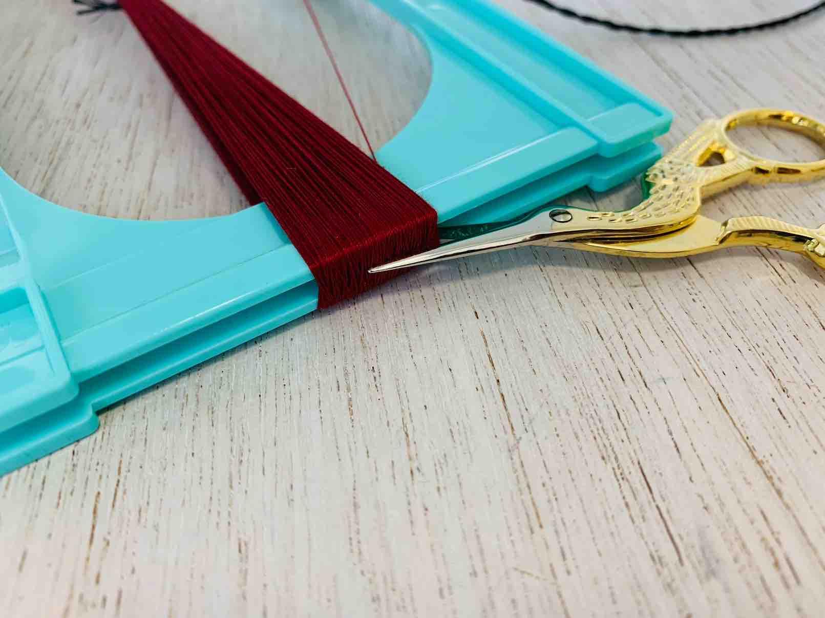 taglio dei fili della nappa per il tocco