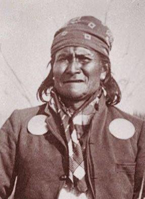 capo indiano geronimo che indossa la bandana