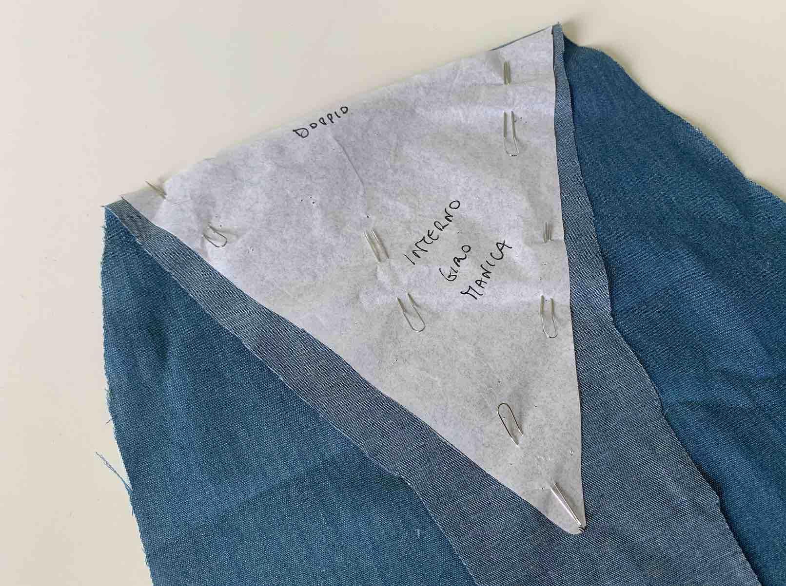dettaglio del giro manica della camicetta
